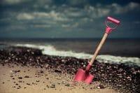 Beachcombing /  [digging in.jpg nggid03299 ngg0dyn 200x0 00f0w010c010r110f110r010t010]